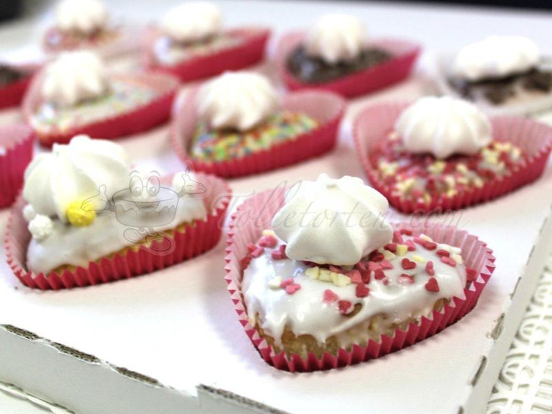 Herzform-Cupcakes rot mit Backtray
